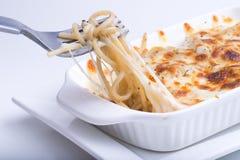 Spaghettis mit gebackenem Käse Lizenzfreie Stockfotos