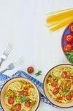 Spaghettis mit Gemüse auf einer Platte Stockbild