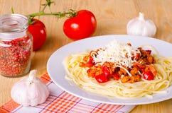 Spaghettis mit Gemüse und Fleisch Lizenzfreies Stockbild