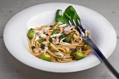 Spaghettis mit grünem Spargel und Garnele lizenzfreie stockfotografie