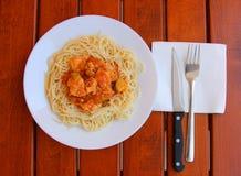 Spaghettis mit Hühnerfleisch-, Eierkürbis und roter Soße auf einer weißen Platte Lizenzfreies Stockfoto