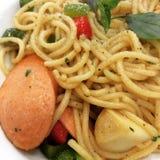 Spaghettis mit italienischen Würsten Lizenzfreies Stockfoto