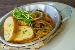 Spaghettis mit Knoblauchbrot Lizenzfreies Stockfoto