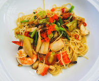 Spaghettis mit Krabbe nachgemachtem Krabbenstock und -tomate Stockfoto