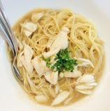 Spaghettis mit Krabbe und Sahnesauce lizenzfreies stockbild