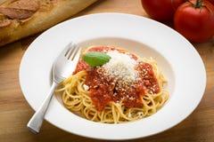 Spaghettis mit marinara in einer weißen Schüssel Lizenzfreie Stockbilder