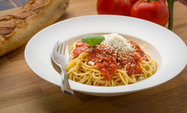 Spaghettis mit marinara in einer weißen Schüssel Lizenzfreie Stockfotos