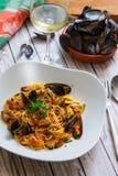 Spaghettis mit Miesmuscheln in der Seitenansicht der Tomatensauce lizenzfreie stockfotografie