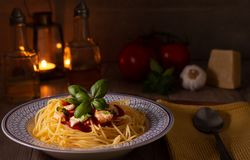 Spaghettis mit Mozzarella und Tomatensauce lizenzfreie stockfotografie