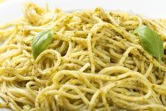 Spaghettis mit Olivenöl der selbst gemachten Pestosoße mit Basilikum verlassen Stockfoto