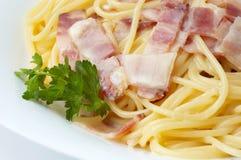 Spaghettis mit Schinken stockbild