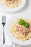 Spaghettis mit Soße auf einer Platte Stockbilder