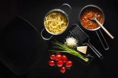 Spaghettis mit Soße von Bolognese lizenzfreie stockfotografie