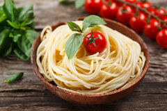 Spaghettis mit Tomate und Basilikum. Lizenzfreie Stockfotos