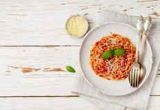 Spaghettis mit Tomaten, Basilikum und Käse Stockfotografie