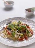 Spaghettis mit Tomaten, Oliven und frischen Kräutern Stockbilder