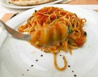 Spaghettis mit Tomatensauce Lizenzfreies Stockfoto