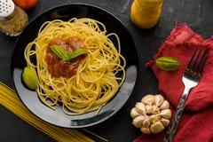 Spaghettis mit Tomatensauce und ihren Bestandteilen herum adjust Lizenzfreies Stockbild