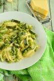 Spaghettis mit Zucchini und Erbsen Lizenzfreies Stockbild