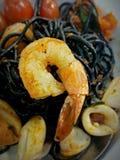 Spaghettis schwemmen schwarze Tinte an lizenzfreie stockfotografie