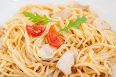 Spaghettis (Teigwaren) mit Hühnerleiste Stockbilder