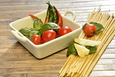Spaghettis, Tomaten, Basilikum und Peperoni Stockbild