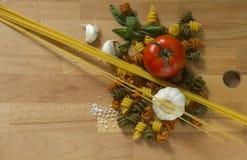 Spaghettis und farbige Teigwaren Stockfoto