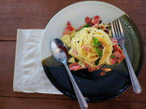Spaghettis und Schinken auf keramischer Platte Lizenzfreies Stockfoto
