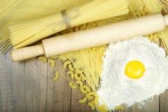 Spaghettis und Teigwaren auf einem Holztisch lizenzfreies stockfoto