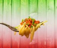 Spaghettis von Bolognese, italienischer Flaggen-Hintergrund Lizenzfreie Stockfotografie
