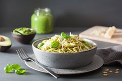 Spaghettiteigwaren mit Avocadobasilikum Pestosoße Lizenzfreie Stockfotografie