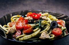 Spaghettiteigwaren mit dem Olivenöl, Tomaten, Kräutern, kühl und geschnittene Hühnerbrust Italienerküche Platte mit Lebensmittel  Lizenzfreie Stockfotos