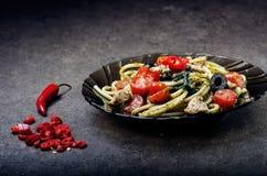 Spaghettiteigwaren mit dem Olivenöl, Tomaten, Kräutern, kühl und geschnittene Hühnerbrust Italienerküche Platte mit Lebensmittel  Stockfotografie