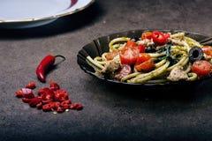Spaghettiteigwaren mit dem Olivenöl, Tomaten, Kräutern, kühl und geschnittene Hühnerbrust Italienerküche Platte mit Lebensmittel  Stockfotos