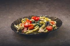 Spaghettiteigwaren mit dem Olivenöl, Tomaten, Kräutern, kühl und geschnittene Hühnerbrust Italienerküche Platte mit Lebensmittel  Stockfoto