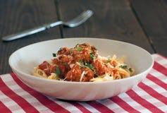 Spaghettiteigwaren mit Fleischklöschen Stockfotos