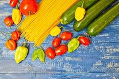 Spaghettiteigwaren mit Gemüse auf Tabelle Stockfoto