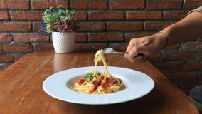 Spaghettiteigwaren mit Gemüse mit einer Gabelnahaufnahme stock video footage