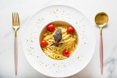 Spaghettiteigwaren mit Kirschtomaten Lizenzfreie Stockfotografie