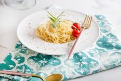 Spaghettiteigwaren mit Kirschtomaten Stockfotografie
