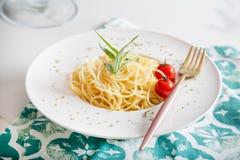 Spaghettiteigwaren mit Kirschtomaten Lizenzfreies Stockfoto