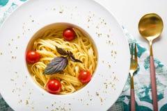 Spaghettiteigwaren mit Kirschtomaten Lizenzfreie Stockfotos