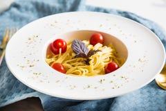 Spaghettiteigwaren mit Kirschtomaten Stockfotos