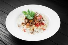 Spaghettiteigwaren mit Soßen- und Parmesankäseparmesankäse von Bolognese Lizenzfreie Stockfotos