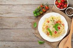 Spaghettiteigwaren mit Tomaten und Basilikum Lizenzfreie Stockbilder