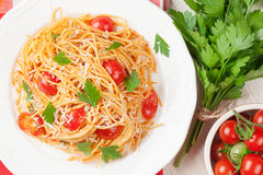 Spaghettiteigwaren mit Tomaten und Petersilie Lizenzfreies Stockfoto