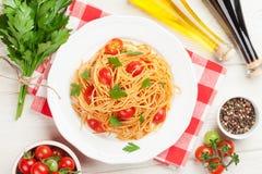 Spaghettiteigwaren mit Tomaten und Petersilie Lizenzfreie Stockfotos