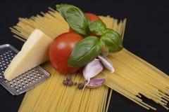 Spaghettiteigwaren, -tomate, -basilikum, -knoblauch und -käse lizenzfreie stockbilder