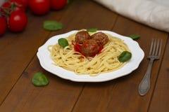 Spaghettiteigwarenfleischklöschen mit Tomatensauce, Basilikum, Kräuter Parmesankäseparmesankäse auf hölzernem Hintergrund stockbild