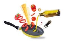 Spaghettivoorbereiding en vliegende groenten royalty-vrije stock afbeeldingen